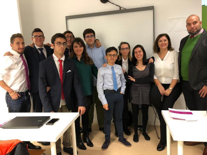 Rosa María Anaya con los alumnos de la Fundación A la Par